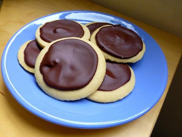shortbread cookies with irish cream chocolate ganache via Nel's Nook